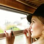 Frau schaut aus dem Zugfenster - von Fotograf Ulf Pieconka