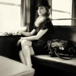Sabine sitzt im Zug - Model beim Fotoshooting in Würzburg- von Fotograf Ulf Pieconka